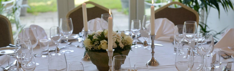 Smukt dækkede borde til bryllup på Hotel Gilleleje Strand