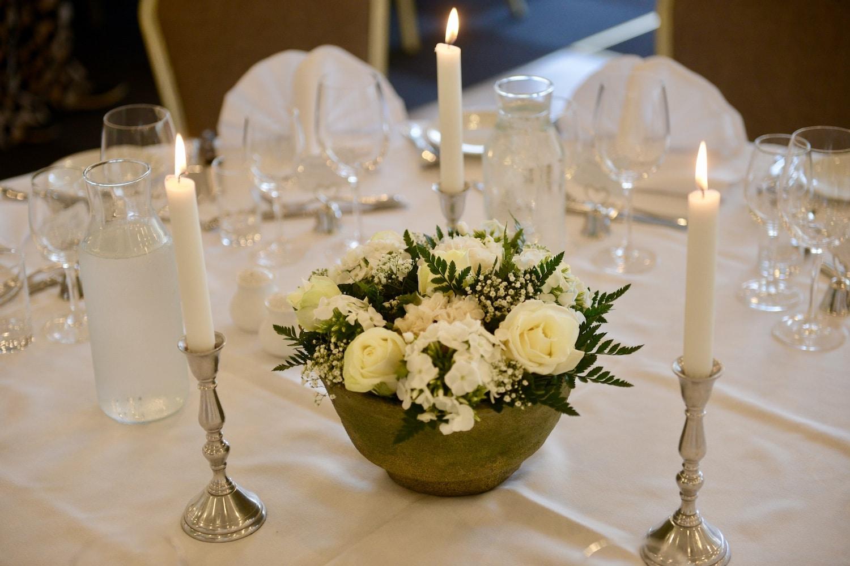 Festligt opdækket bord til bryllupsfest