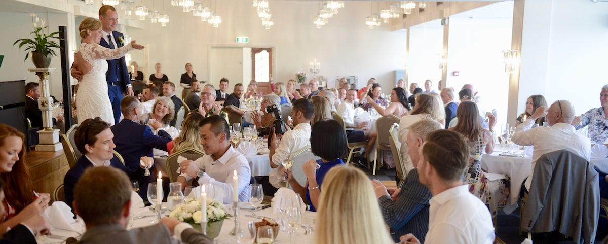 Brudeparret byder gæsterne velkommen til bryllup på Hotel Gilleleje Strand