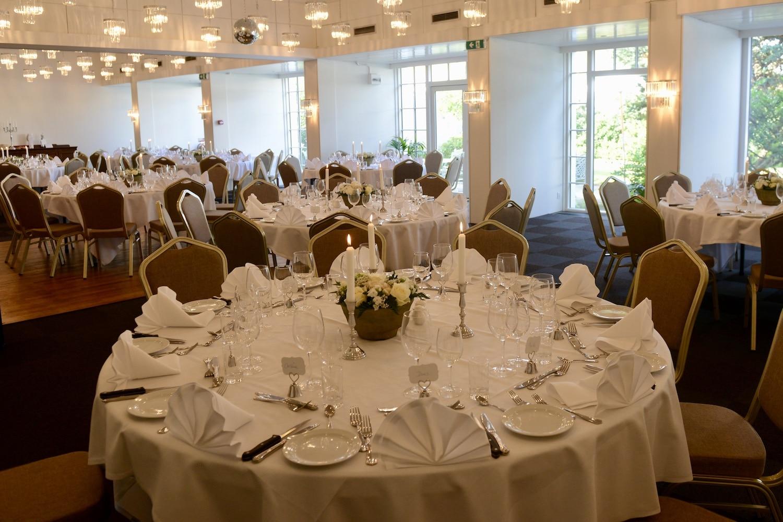 Der er dækket flot op til bryllup i Salen på Hotel Gilleleje Strand