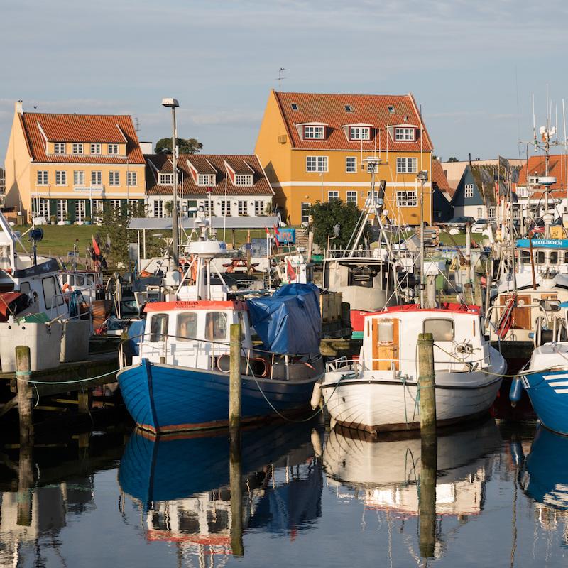 Den autentiske og hyggelige fiskerihavn med kuttere og restauranter