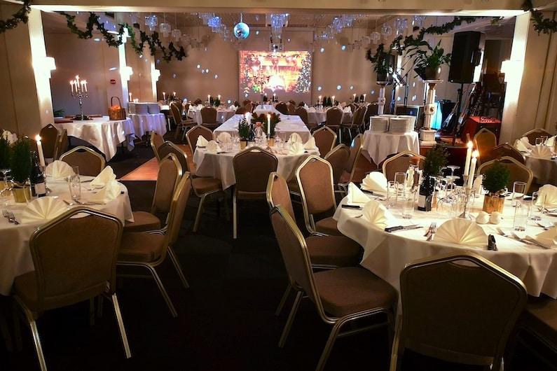 Julefrokost i Hotel Gilleleje Strands flotte sal - med stor buffet og live musik